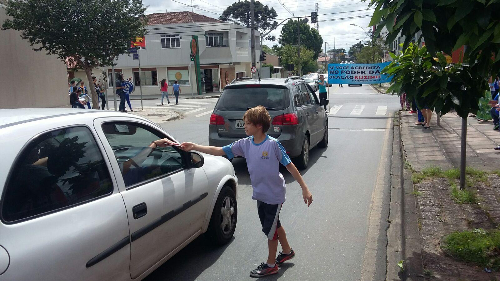 Os desbravadores e a Educação Adventista também se uniu à iniciativa. Sua abordagem foi no semáforo.