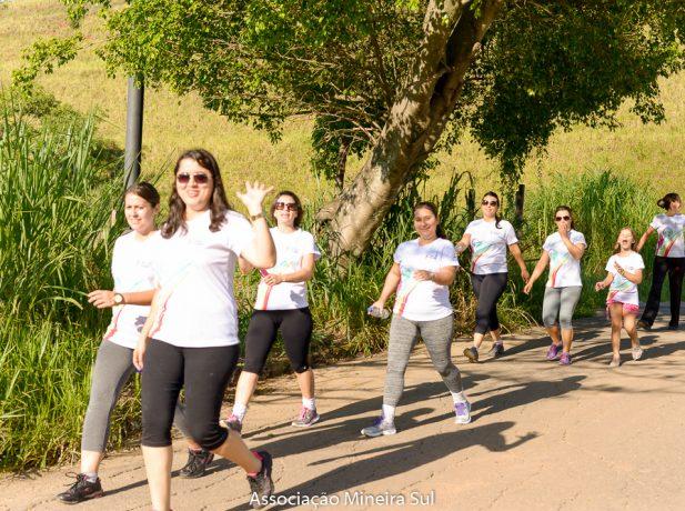 Mulheres participam da caminhada Mexa-se Pela Vida