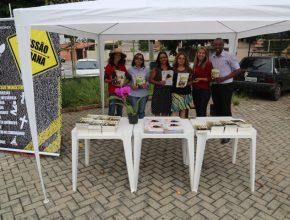 mulheres entregam livros em feira de São José