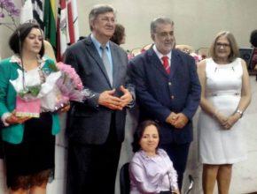 (Esquerda para direta) Elen Oliveira acompanhada do marido, ao lado de vereadores, do prefeito e da primeira-dama. Foto: colaboradora local