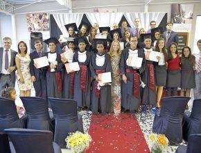 Adolescentes da primeira turma do Talentos em Missão junto com a administração da AP, e os professores do projeto.
