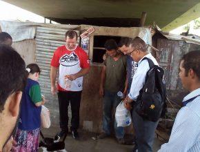 Os jovens do bairro Uberaba foram até os viadutos próximos à igreja para distribuírem alimentos.
