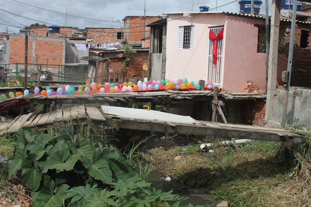 Chuvas faziam transbordar água fétida de córrego e alagava casa de família. (Foto: Michelle Martins)