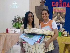 Professora sorteada, leva caixa repleta de matérias para auxiliar no trabalho desenvolvido em sua Igreja.