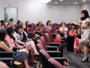 Telma Brenha, diretora da AFAM da Associação Paulistana, palestra para as esposas de pastores.