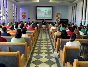 Professora Nadma Forti palestra para os 150 professores de Escola Sabatina.
