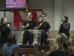 Os funcionários organizam toda a programação. Desde o louvor até a pregação da noite.