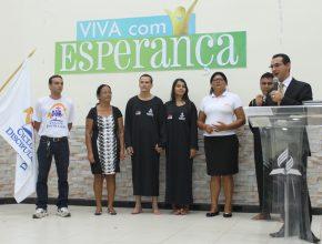 O casal Elaine e Luciano passaram pelo processo de discipulado até estarem prontos para o batismo, na foto o cooordenador, a dupla missionária e o pastor distrital