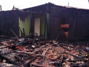 A suspeita é que o incêndio foi causado por uma briga de casal. As chamas se alastraram, atingindo 13 casas.