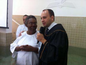 Batismo durante a Semana Santa na Igreja Adventista recém inaugurada em Araçatuba. Foto: colaborador local