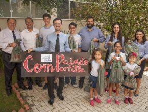 Equipe de alunos e professores na sede administrativa da Igreja Adventista