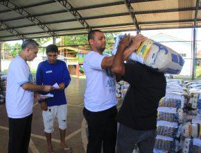 Voluntários tiraram folga do trabalho para ajudar na distribuição
