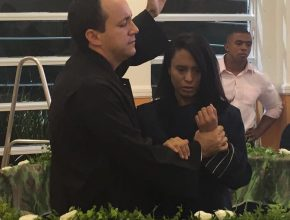 Líder do projeto, pastor Edimilson Lima, rebatiza a jovem Denise durante o evento.