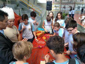 Os alunos puderam conhecer os objetos utilizados pelos indígenas.
