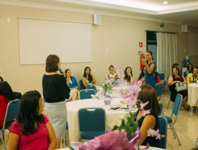 A líder de esposas de pastores do Mato Grosso do Sul, Dulce Marinho, reforça o tema 'Ministério com paixão', durante palestra.