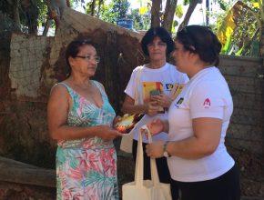 Vanira recede kit e livro missionário das esposas Clelvia Rodrigues e Ana Lúcia Fonseca.