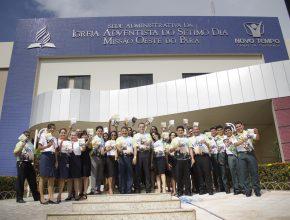 Servidores da Missão Oeste do Pará, sede administrativa da Igreja Adventista, e representantes dos clubes de Desbravadores e Aventureiros no lançamento do Impacto Esperança 2016