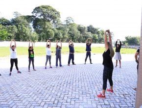 Colaboradores do escritório da Missão Pará Amapá participam de aula prática de aeróbica.