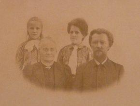 Graf, a esposa e suas filhas.