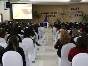 Melissa Crespo dando palestra no CT para as mães e filhas.
