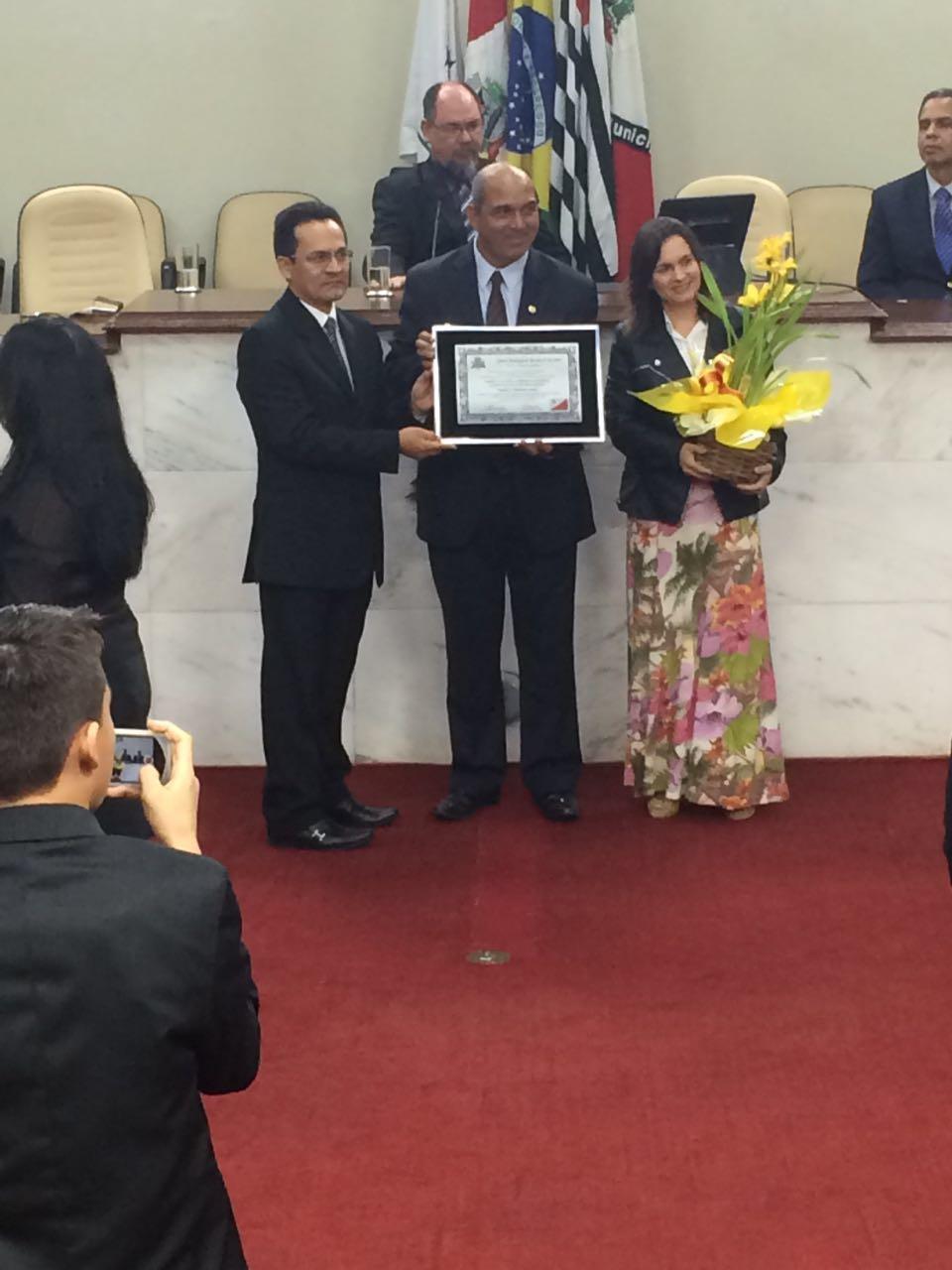 Pastor Hirailton acompanhado da esposa Ana Paula e do vereador autor da Homenagem. Foto: colaborador local