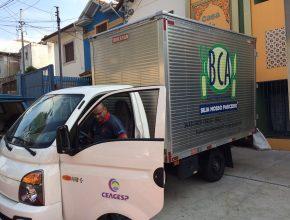 Caminhão da CEAGESP com 1 tonelada de alimentos. Parcerias possibilitam atendimento a refugiados e moradores de rua