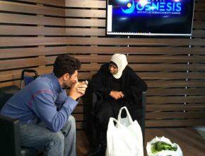 Voluntário conversa com refugiada síria durante entrega de alimentos