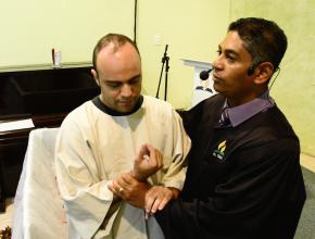 Jefferson sendo batizado pelo pastor Cláudio Oliveira na IASD Vila Bonilha