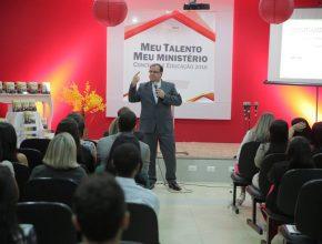 Pastor Douglas Magalhães motivando os professores e falando sobre a filosofia da Educação Adventista