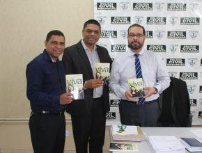 O livro Esperança Viva foi entregue ao Del. Regional de Imperatriz, Dr. Eduardo Galvão e aos funcionários da delegacia