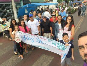 Membros da igreja de Bataguassu, junto ao líder José Lino Neto, durante trabalho missionário. Eles estão aproveitando diversas oportunidades locais para falar do amor de Deus.