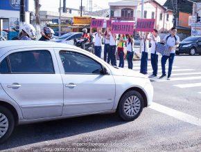 Alunos realizam ação de distribuição de livros no semáforo.