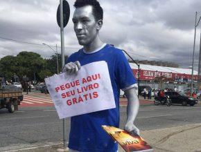 Estátuas vivas entregam livros próximo ao Estádio do Mineirão