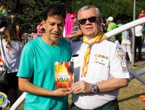 Prefeito de Contagem (MG), Carlin Moura, recebe livro Esperança Viva (Foto: Samuel Bruno)
