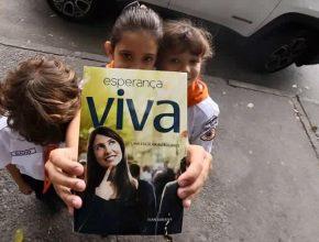 Crianças com livro em Betim (MG), na Grande Belo Horizonte (Foto: Max Vianini)