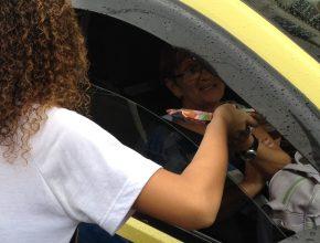 Mesmo com chuva, adolescentes impactaram motoristas e passageiros no semáforo.