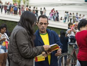 População recebe o livro Esperança Viva