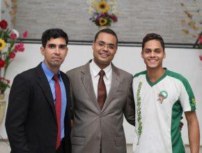 Pr. Ygor ao centro, com seu amigo e ancião Maicon (esq) e o jovem Calebe (dir). Frutos das Duplas Missionárias.