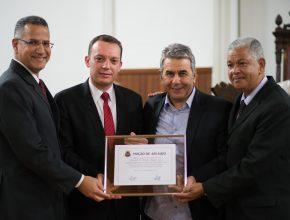 Vereador Antonio Aguiar entrega placa à líderes da Igreja Adventista Foto: Anne Seixas