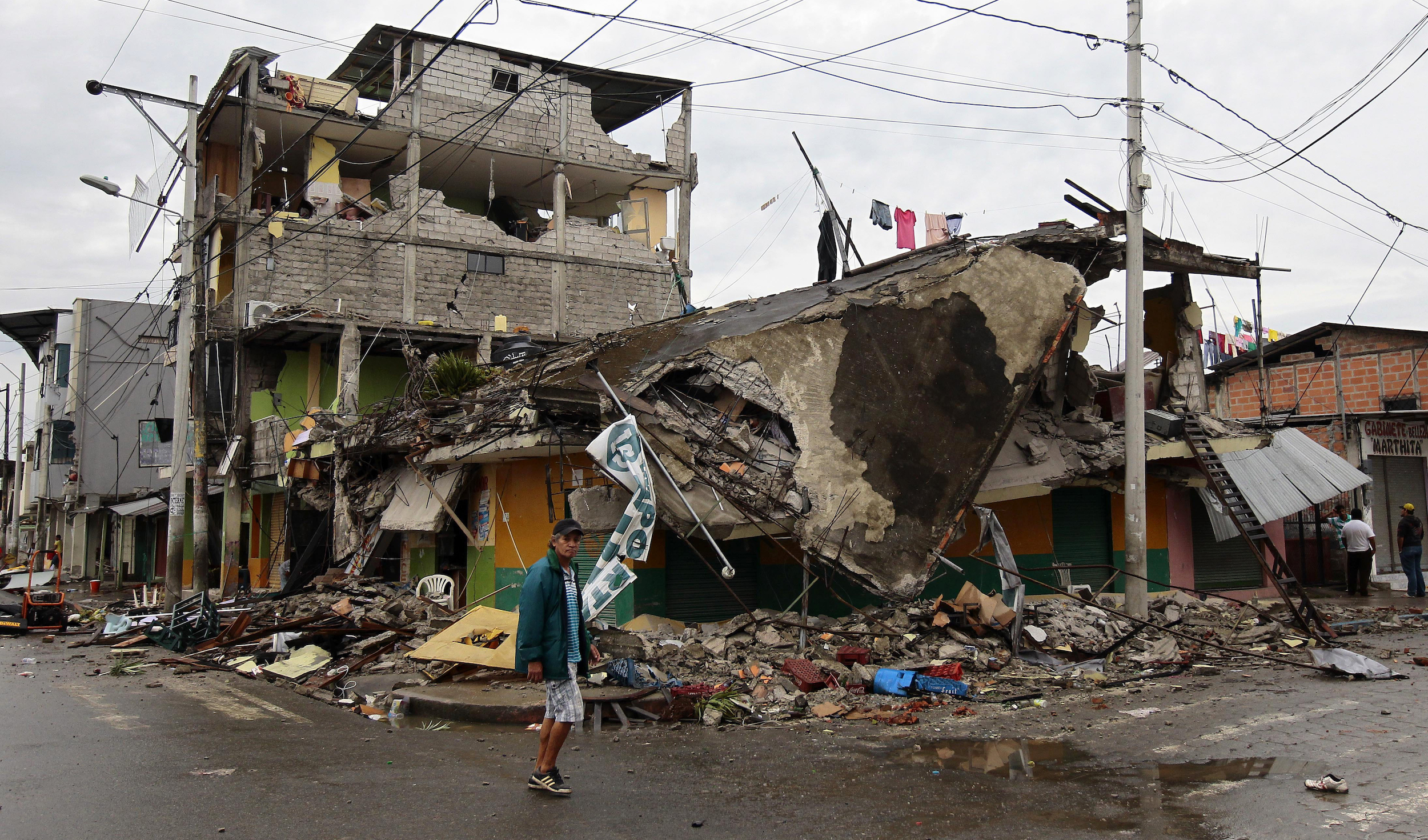 GRA229. PEDERNALES (ECUADOR) 17/04/2016.- Un habitante de Pedernales (Ecuador), afectado por el terremoto de 7,8 grados en la escala de Richter registrado el sábado en la costa norte de Ecuador, busca hoy 17 de abril de 2016, entre las casas destruidas y los escombros. Esta ciudad turística, un popular balneario de la costa ecuatoriana, es hoy el epicentro de una tragedia por la que al menos 77 personas murieron y 588 resultaron heridas. EFE/José Jácome