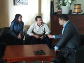 Pastor Renato Seixas conversa com o prefeito de Vitória do Xingu, Erivando Amaral, e sua esposa sobre o apoio à implantação da TV Novo Tempo em canal aberto