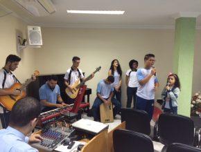 Participação dos alunos no louvor, tocando ou cantando - todos participam.