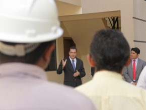 Pastor Araújo falou aos presentes sobre como o novo prédio vai beneficiar a igreja