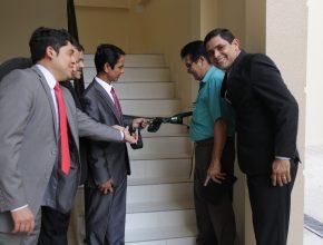 Representando a liderança da igreja, pastores e um ancião desfizeram o laço como símbolo da inauguração do prédio