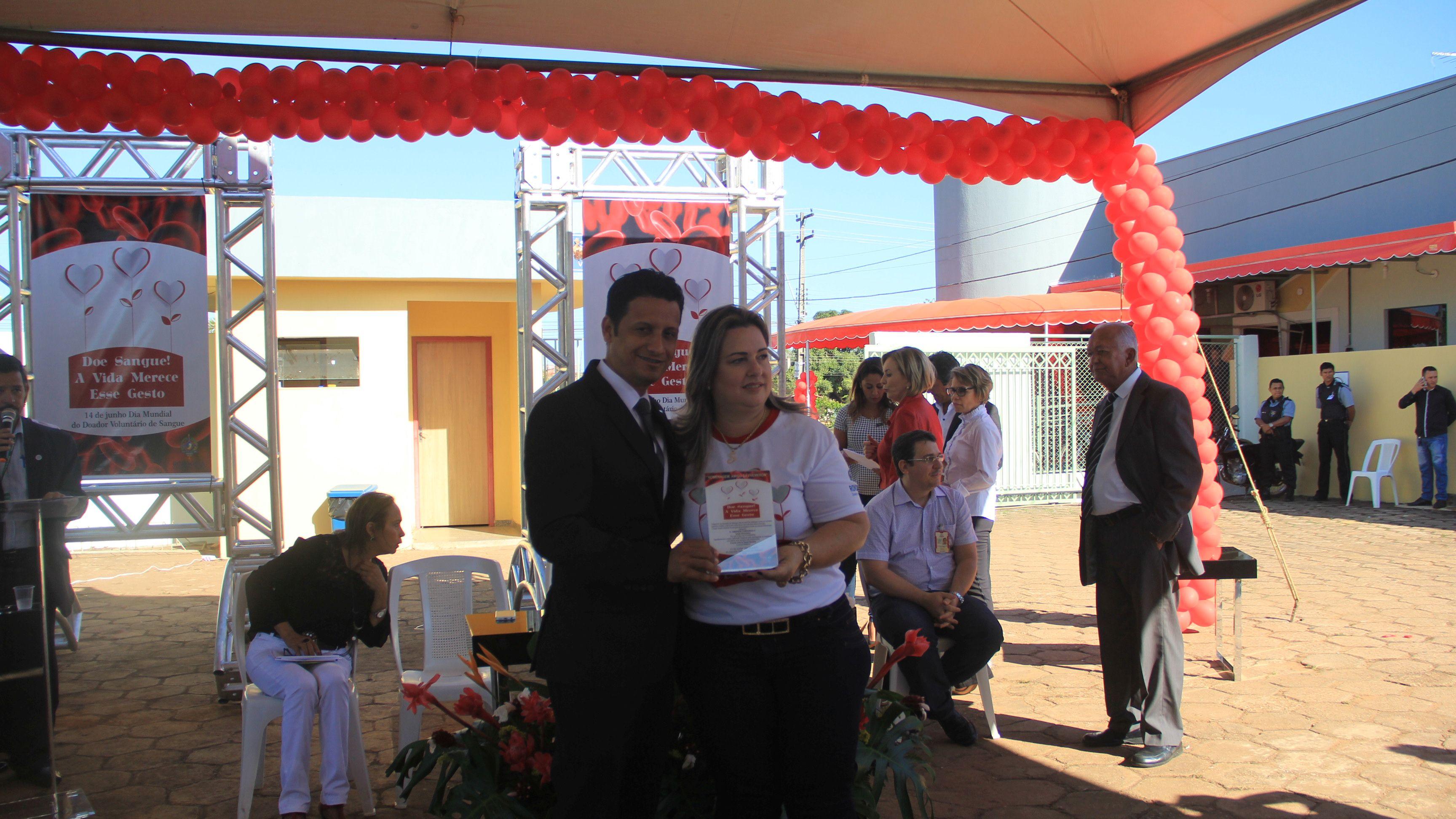 Líder do Ministério Jovem para o Norte de Rondônia e Acre, pastor Marcello Cutrim, recebeu a placa de agradecimento pela parceria com o projeto Vida por Vidas