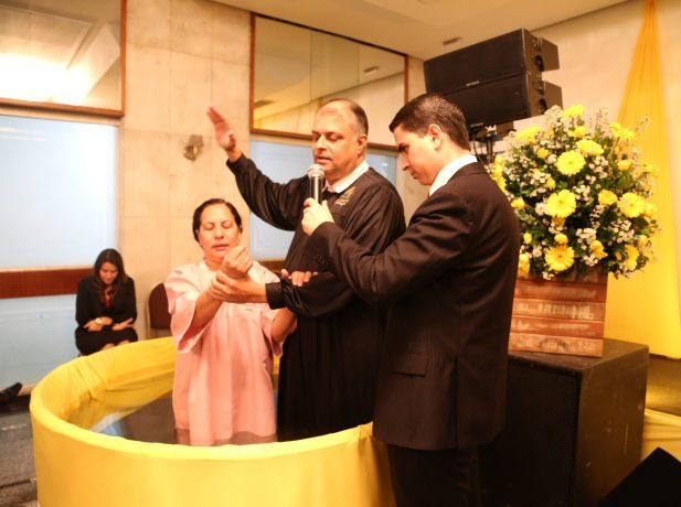Mulher se batiza em evangelismo
