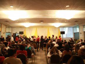 Mulheres se reúnem em programação de batismo
