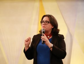 Marli Teyerl fala para mulheres durante evento