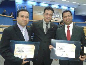 Os pastores Eliúde Alves e Fabiano Oliveira, com o vereador Cazuza, no dia da homenagem na Câmara.