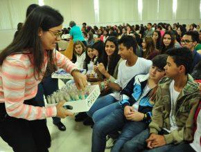 Cada adolescente recebeu e assinou um voto se comprometendo em ser puro até o casamento.